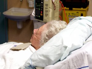 photo old woman in hospital bed