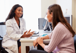 photo female doctor speaking with patient